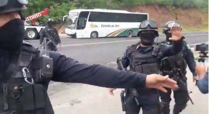 Policías estatales disparan a normalistas de Ayotzinapa