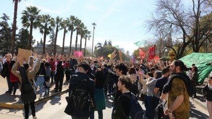 Realizaron un abrazo a la UNC contra el ajuste y por el salario docente