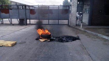 Cresta Roja: bloquearon portones de la planta de Esteban Echeverría