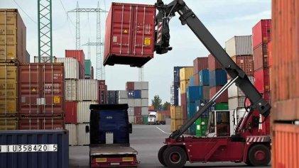 Por la caída de las importaciones, el superávit comercial fue de U$S 1.744 millones