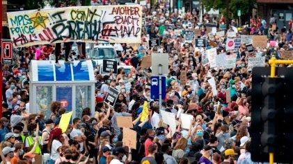 Miles de personas protestan en Minneapolis por el asesinato racista de George Floyd