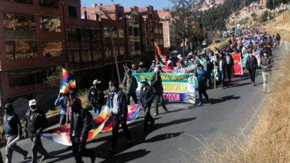 Masiva marcha de sectores populares contra políticas de Áñez