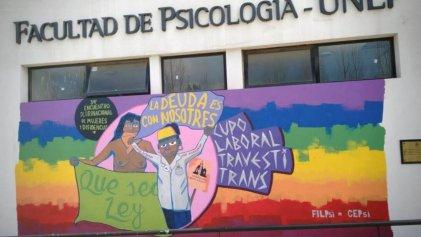Denuncia y repudio: la gestión de Psicología de la UNLP tapó mural por el cupo laboral trans