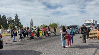 Trelew: Trabajadores de salud y docentes cortan la ruta 3