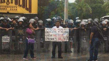 Amenazas y represión a padres de los 43 normalistas que protestan ante la OEA