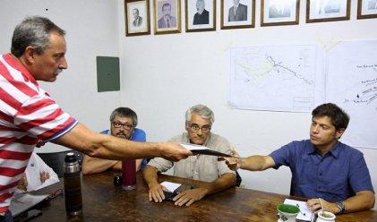 A los pies de los sojeros: Kicillof visitó la Sociedad Rural de Bragado buscando la reconciliación