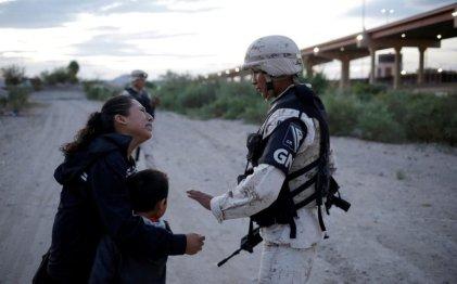 México: se viraliza imagen de una madre migrante suplicando paso a EE.UU.