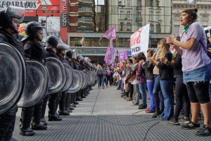 #MujeresContraCocaCola: el 8M comenzó con un corte que triunfó sobre la amenaza represiva
