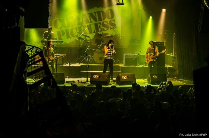 The Comando Pickless durante un show en Niceto